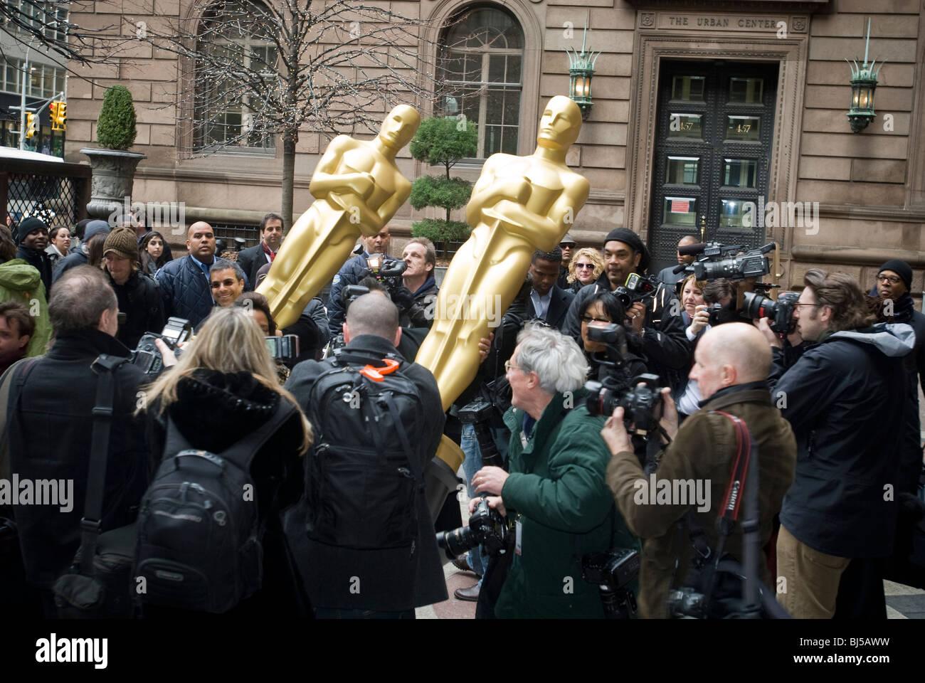 Oscar Statuen werden an das New York Palace Hotel vor der New York Party für den Oscar nominiert geliefert. Stockbild