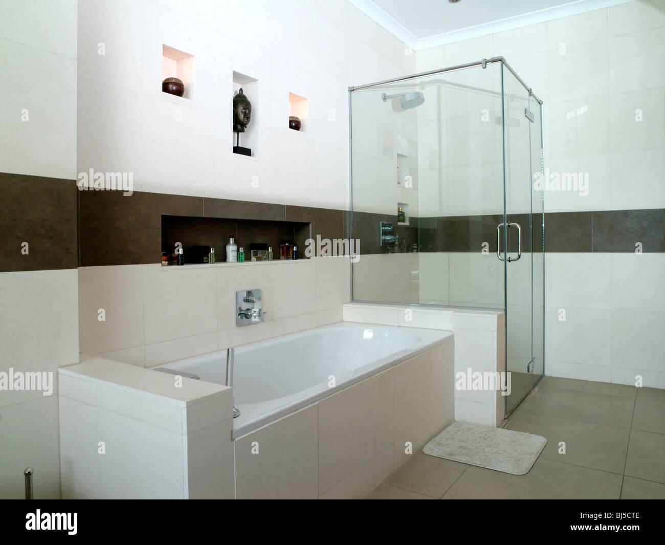 Moderne Badezimmer In Weißen Und Braunen Fliesen Gefliest Sein Und Ihr  Waschbecken, Lagerung, Spiegel, Glas Duschkabine,