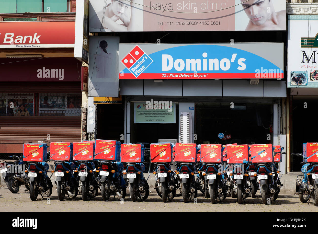 Dominos Pizza Fast Food Delivery Vehicles Store Stockfotos Dominos