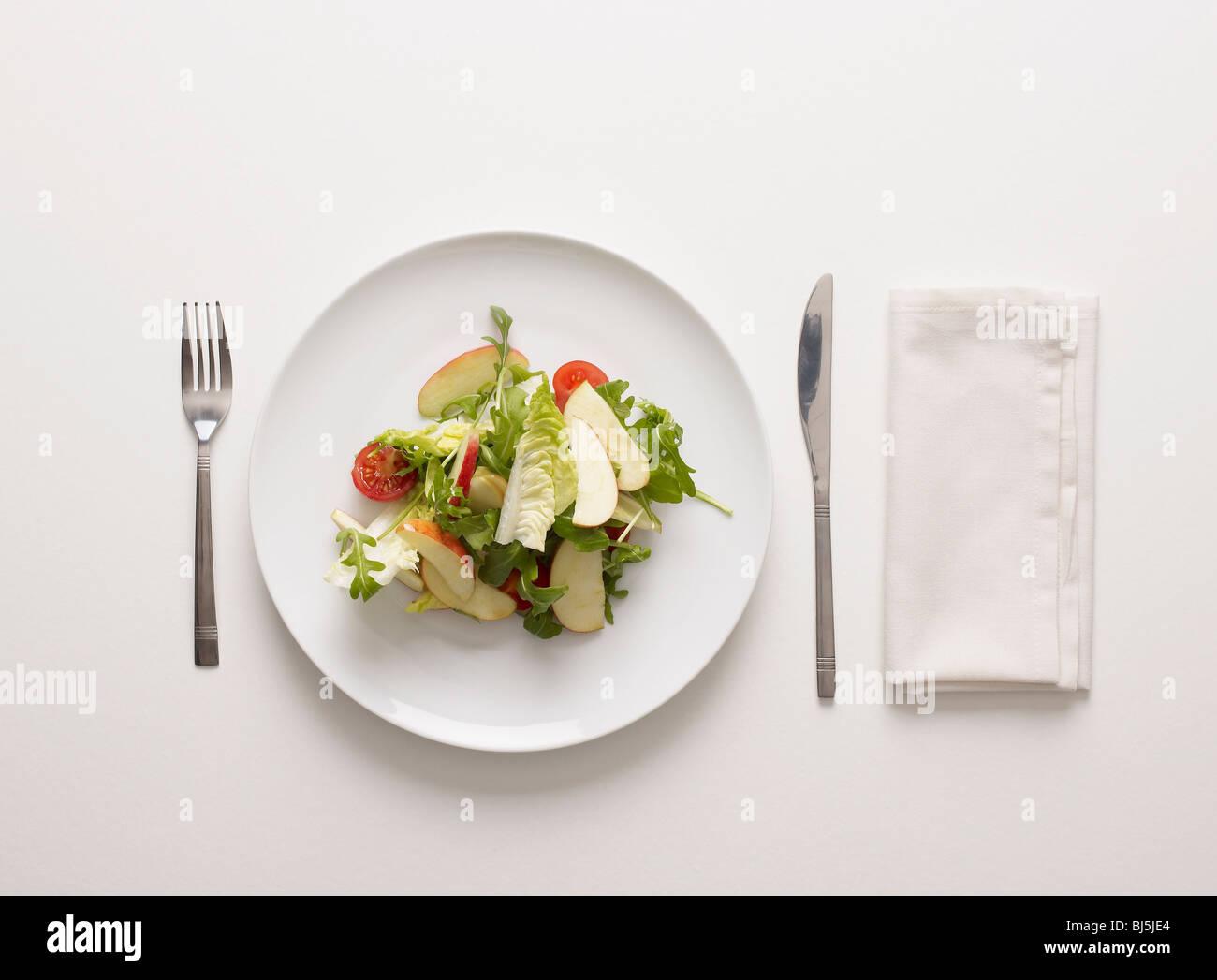 Einen Teller mit Salat Stockbild