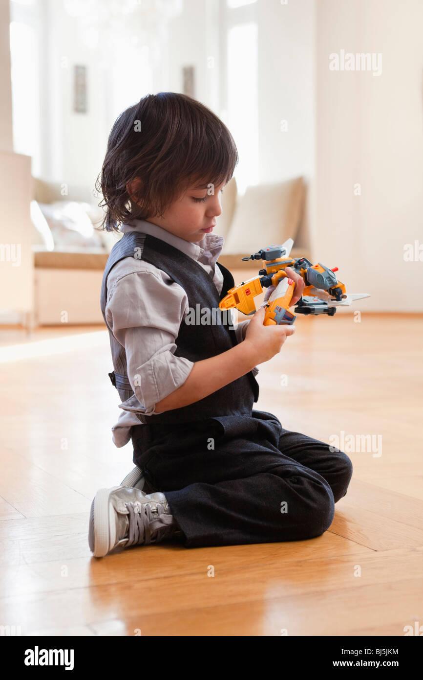 Junge mit Spielzeug spielen Stockbild