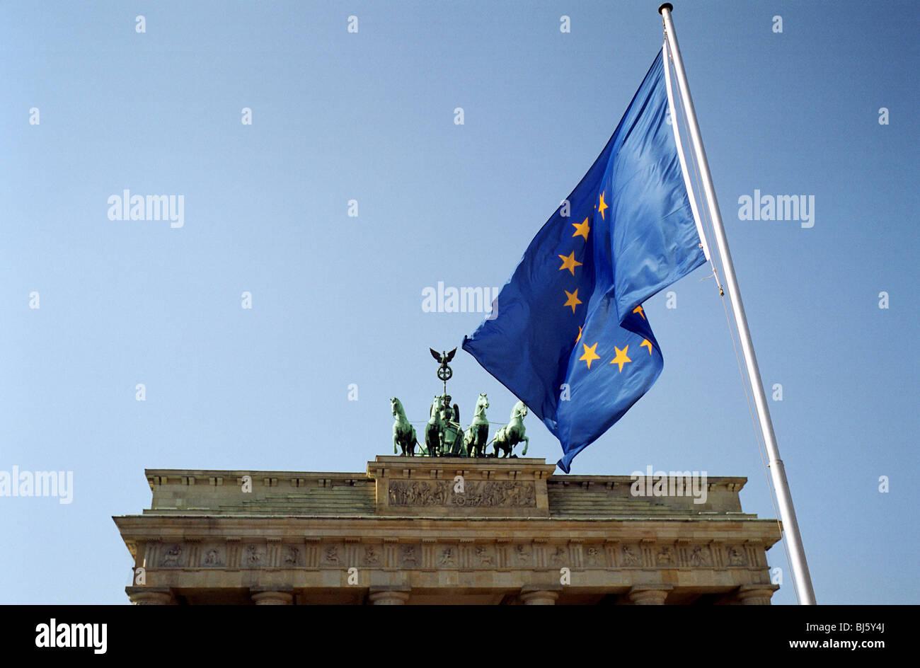 Das Brandenburger Tor und der EU-Flagge Stockbild