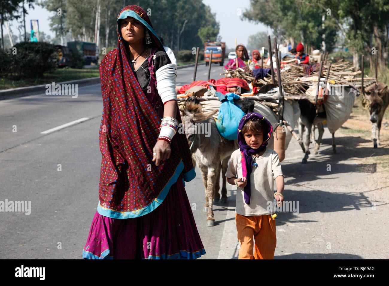 Indische Nomaden unterwegs. Stockbild