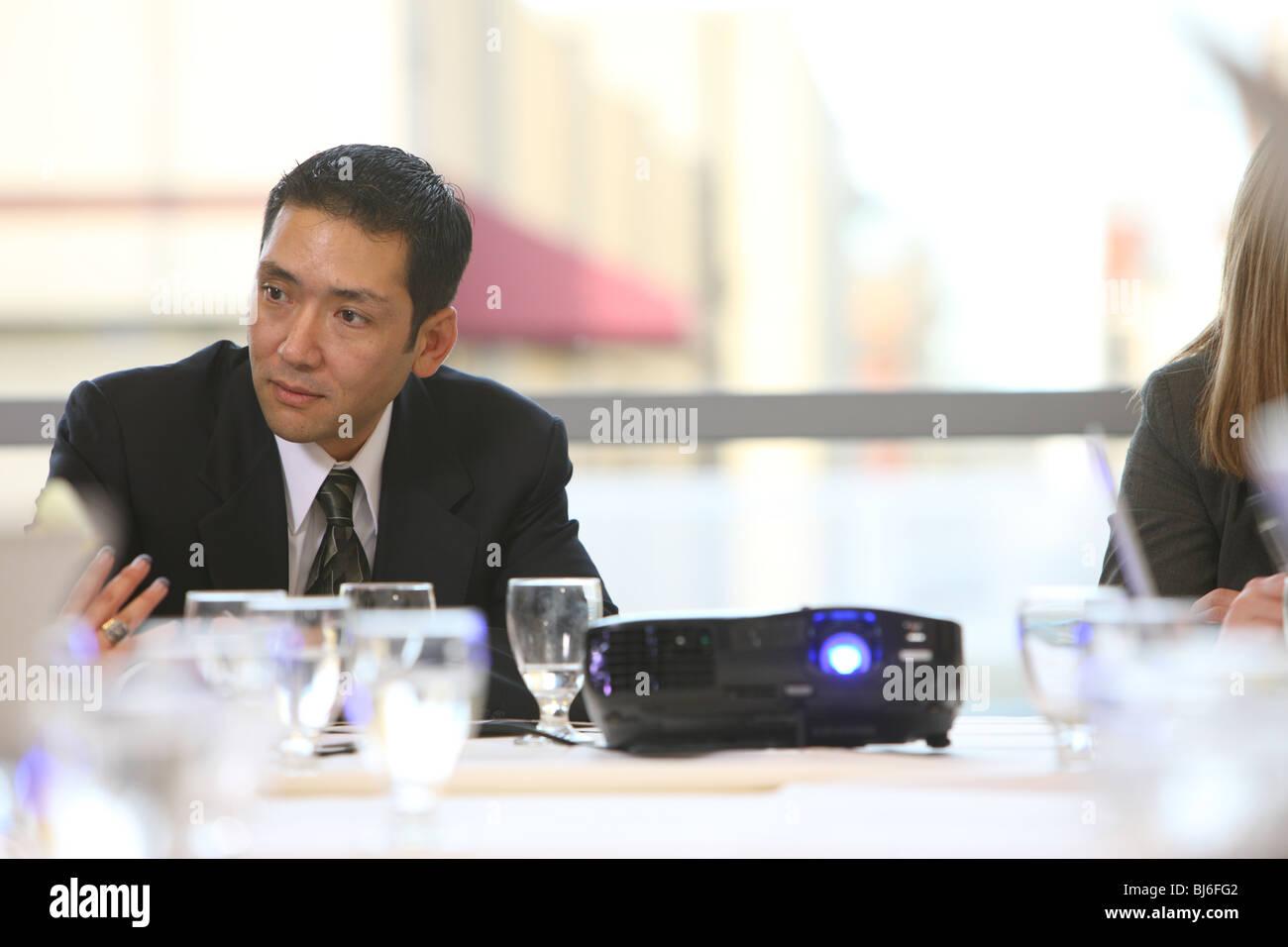 Geschäftsmann in Raum Vorstandssitzung Stockbild
