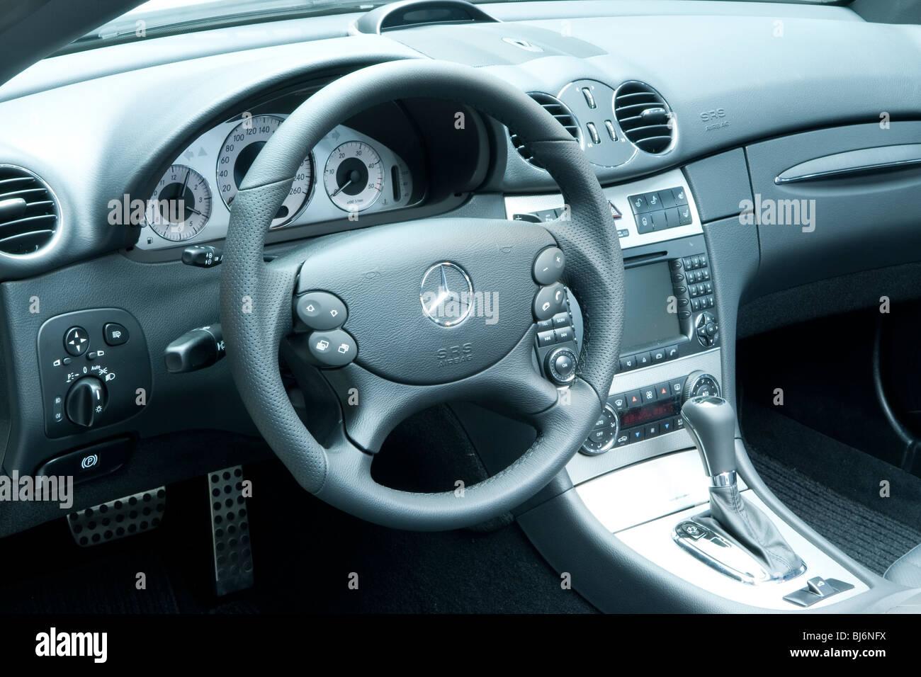 Armaturenbrett mercedes  Mercedes Auto Innenraum mit Lenkrad Armaturenbrett und Gear Shift ...
