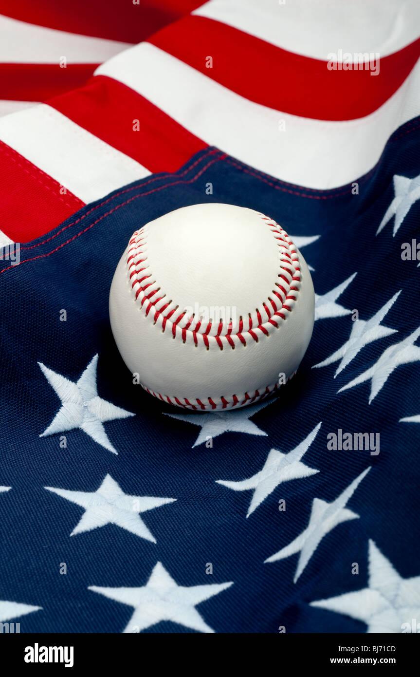 Eine weiße Baseball auf die amerikanische Flagge Stockfoto