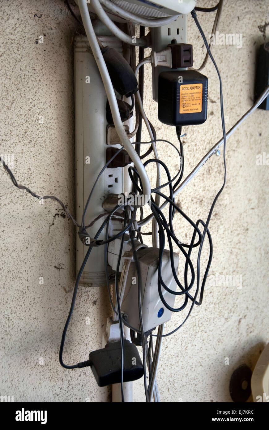 Ein Kabelsalat von elektrischen Leitungen erstellen eine Brandgefahr ...