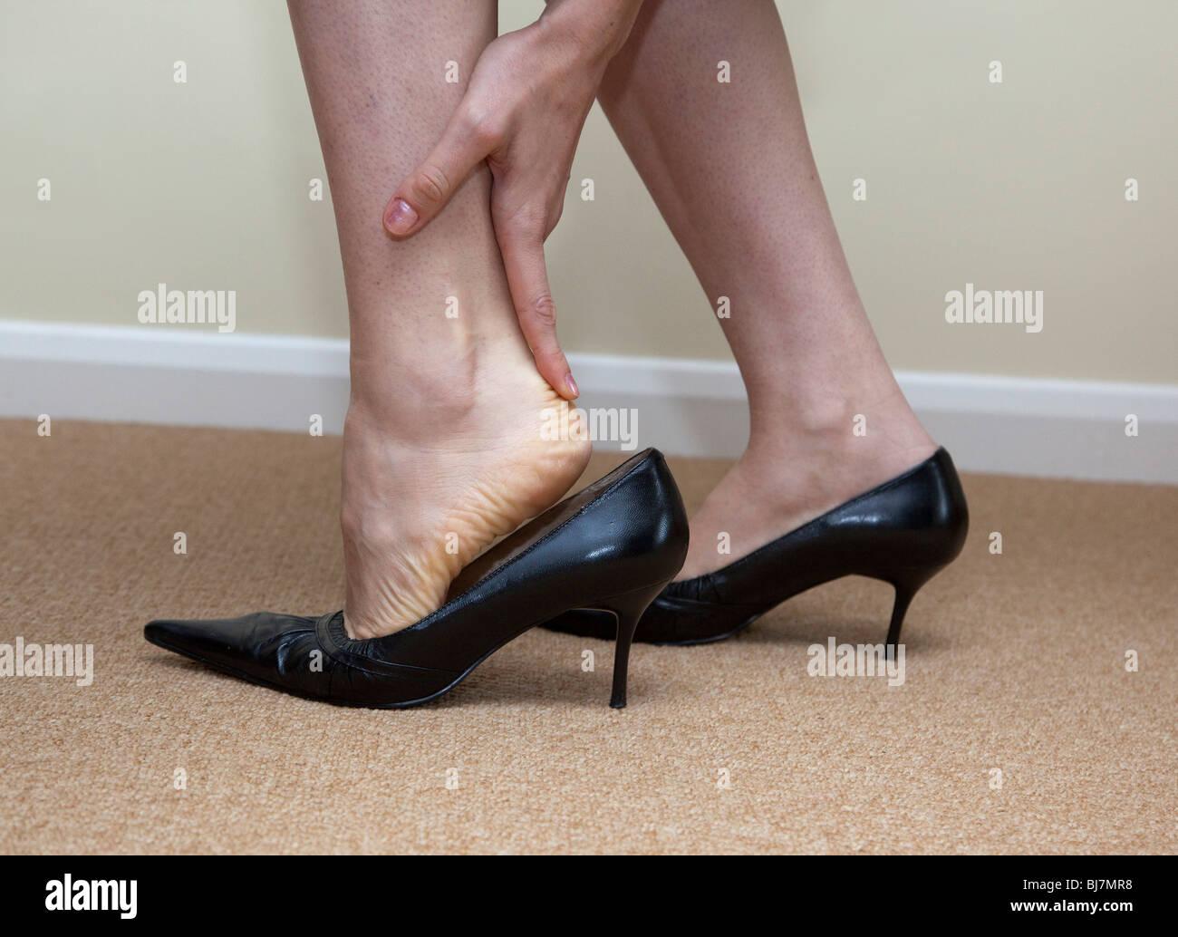 Frau hat Schmerzen in ihren Füßen und Knöcheln Stockbild