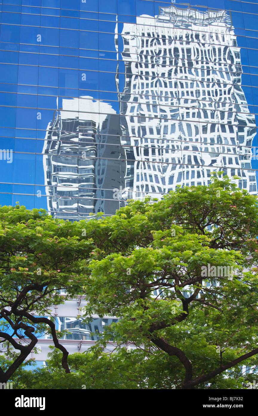 Bäume und Reflexionen von Wolkenkratzern Makati; Manila; Philippinen Stockbild