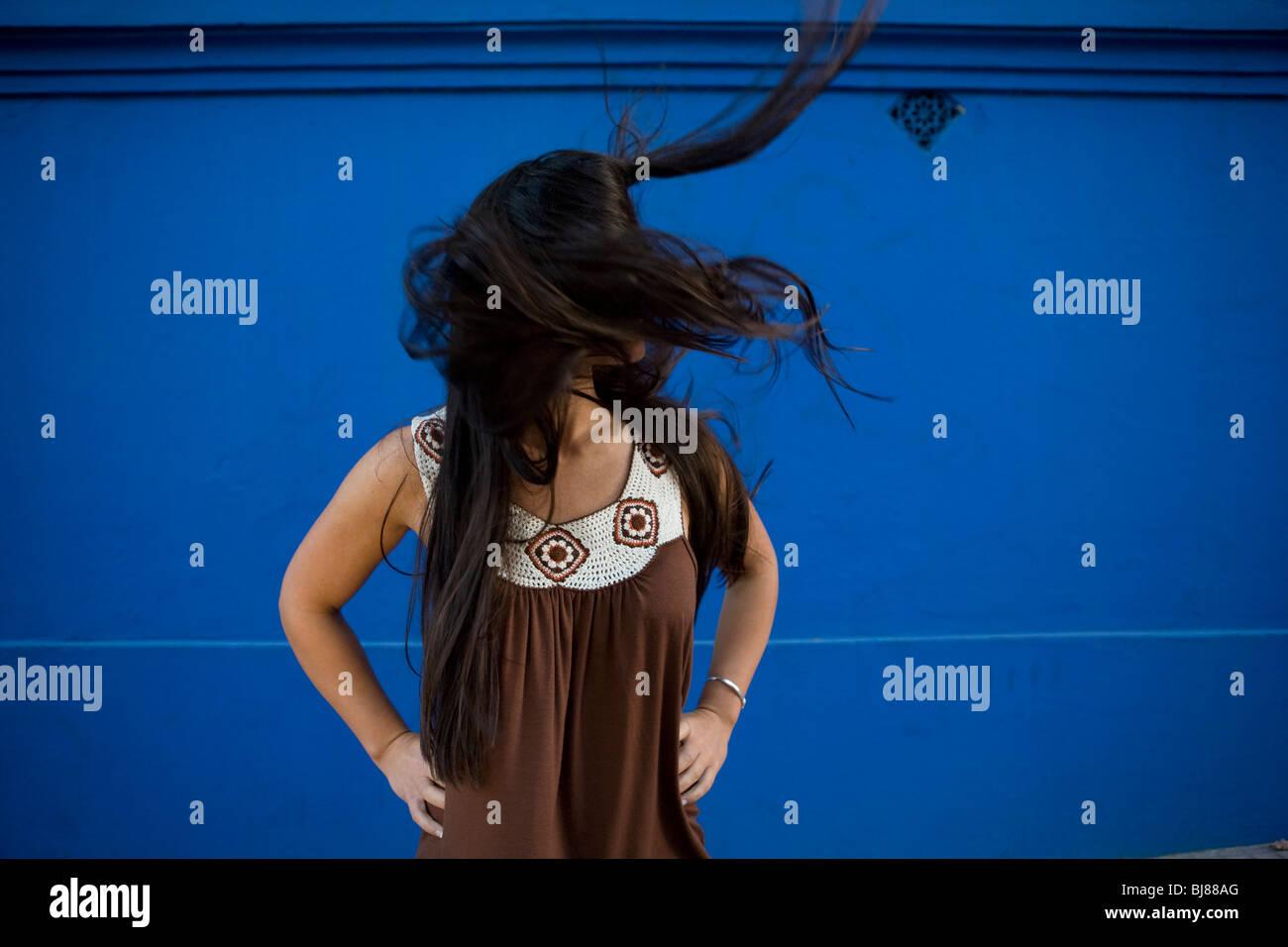 Frau mit wild, lange, dunkle, gerade, lose Haare wehen im wind Stockbild