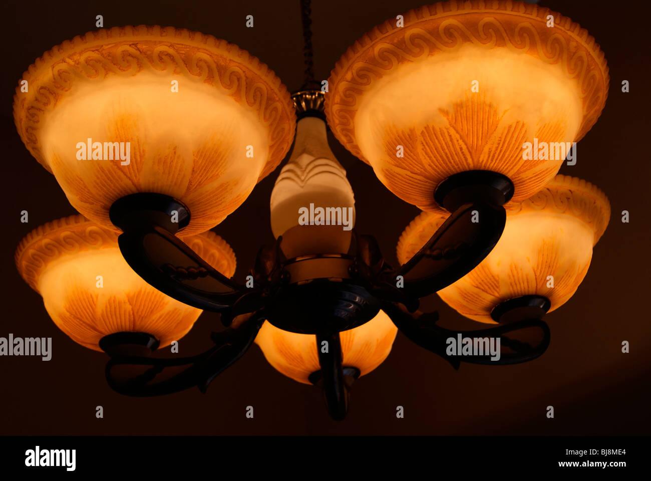 kronleuchter lampe licht in der nacht auf ajanta palace in trivandrum kerala indien - Kronleuchter In Indien