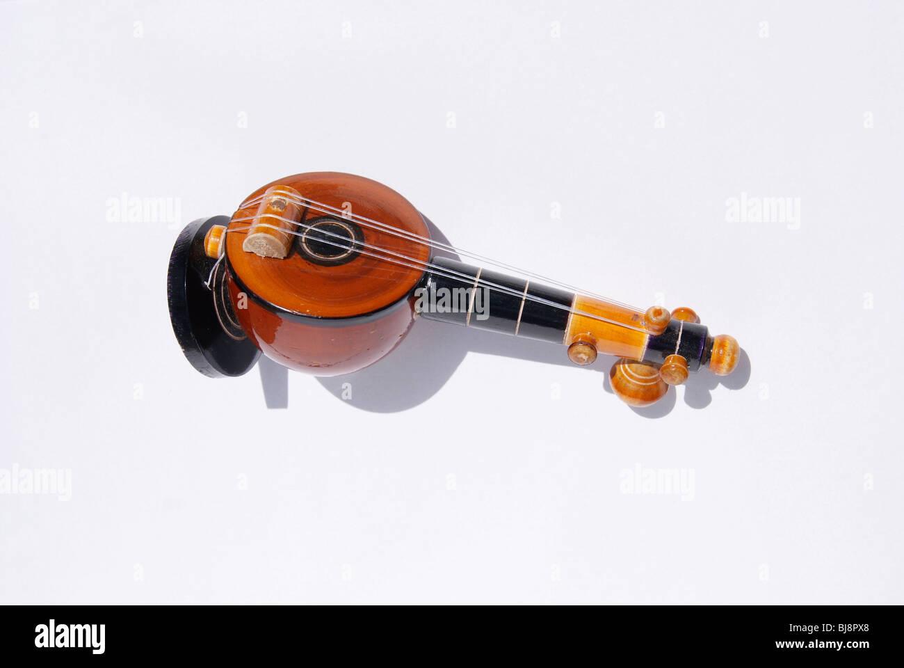 Miniatur-Modell eines alten Musikinstruments Veena in weißen Hintergrund isoliert. Auch bekannt als laute Vina Stockbild