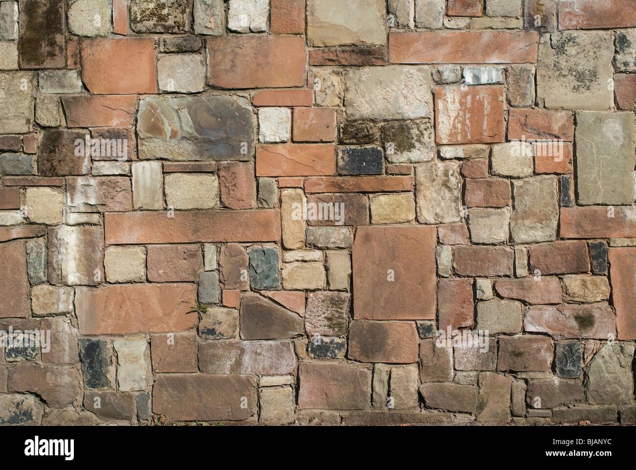 Eine solide Stein Wand aus Sandstein, Kalkstein und Granit. Stockbild