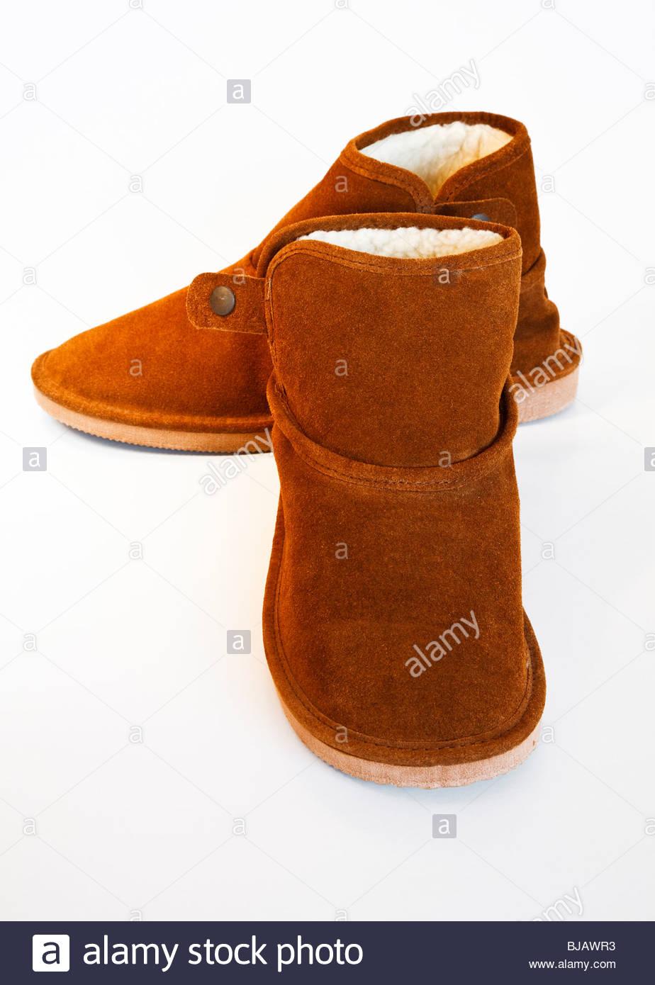 Nahaufnahme von Pelz gefütterten braune Stiefel auf weißem Hintergrund ed326b7c69