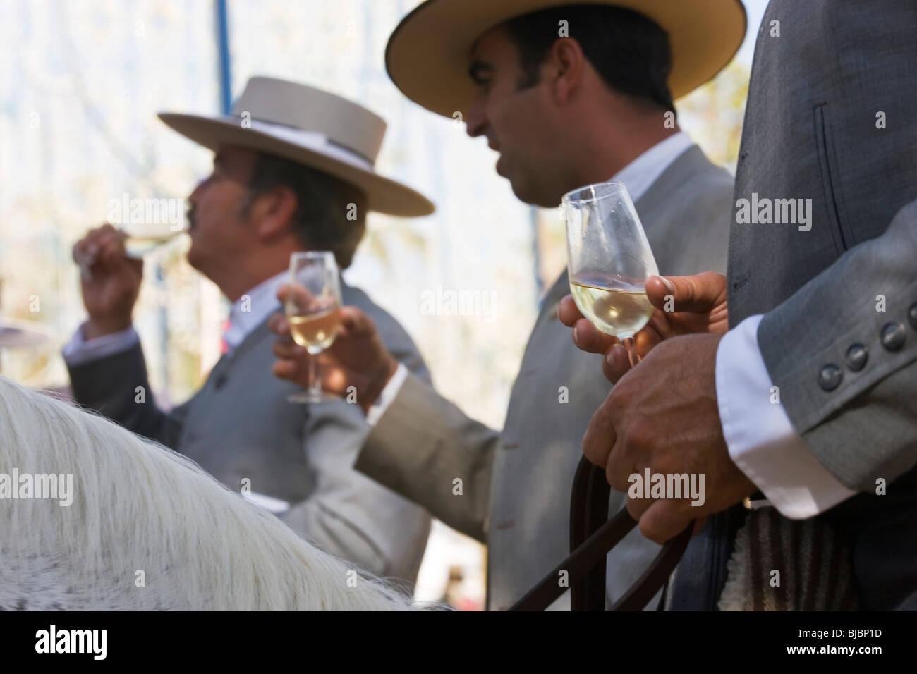 Reiter, die trinken Sherry, Horse Fair Jerez De La Frontera, Andalusien, Spanien Stockbild