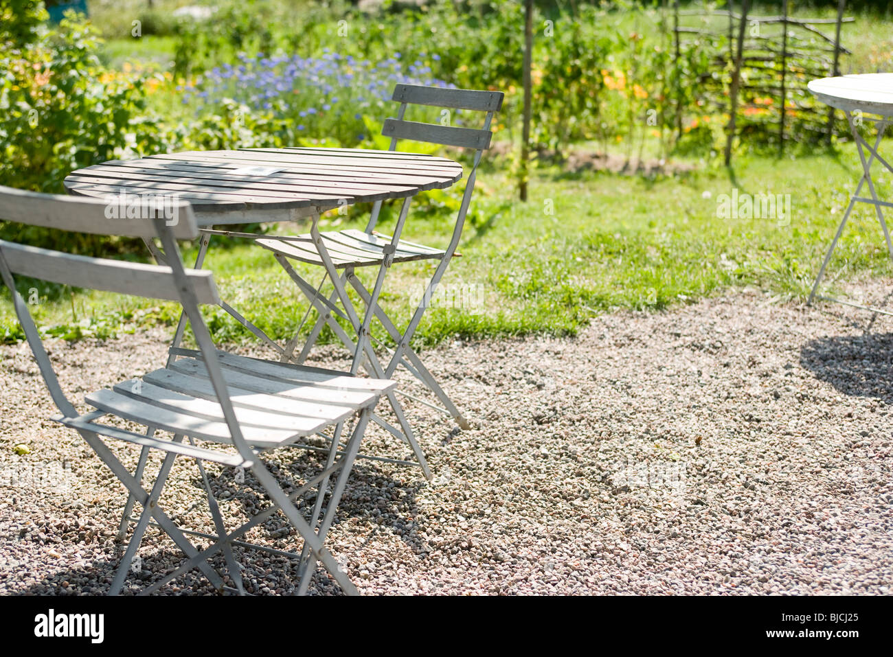 tisch und stuhl auf hinterhof terrasse stockfoto bild 28551773 alamy. Black Bedroom Furniture Sets. Home Design Ideas