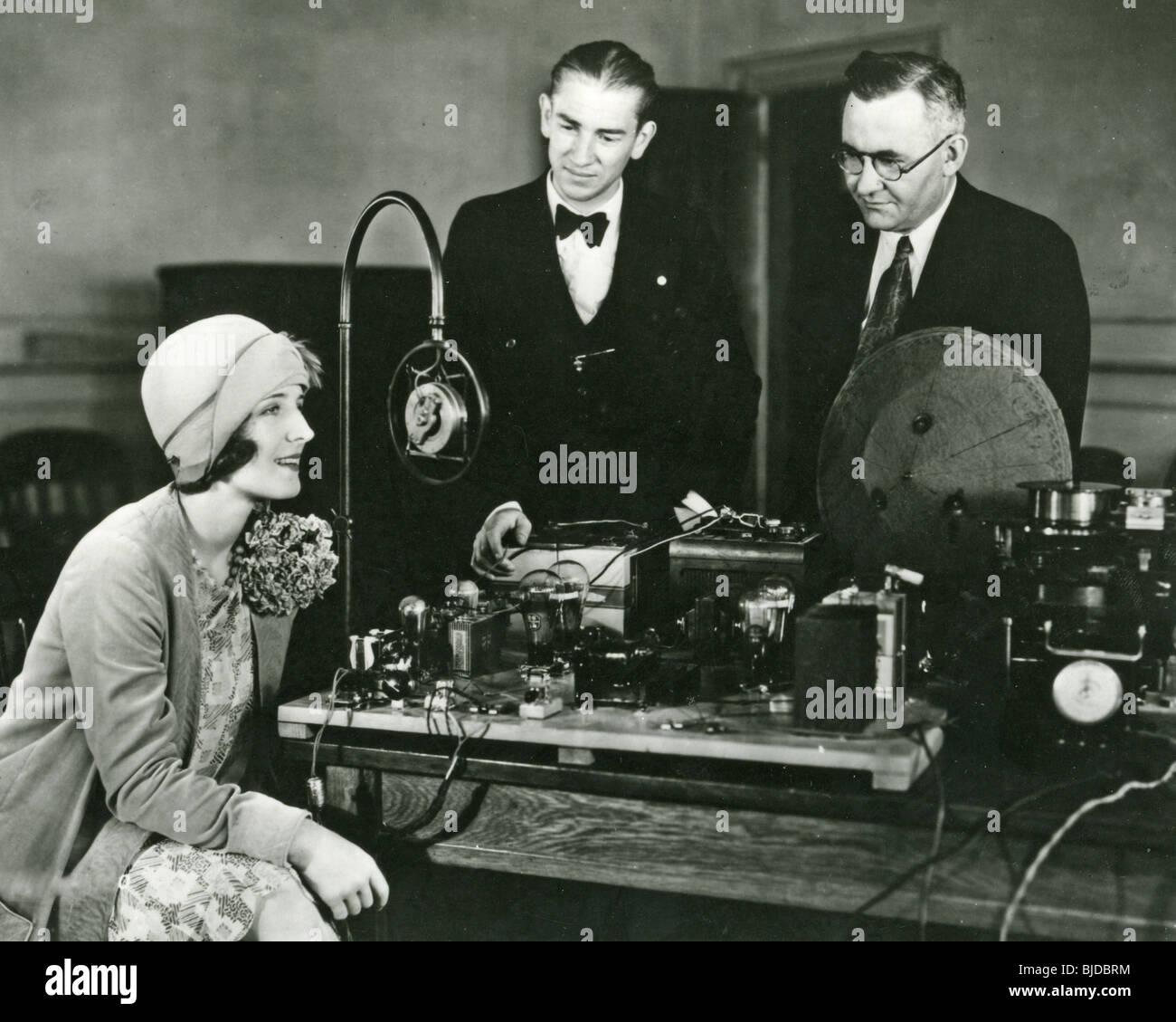 NORMA SHEARER - US-Schauspielerin - mit einem frühen Film-sound-Aufnahmesystem Stockbild