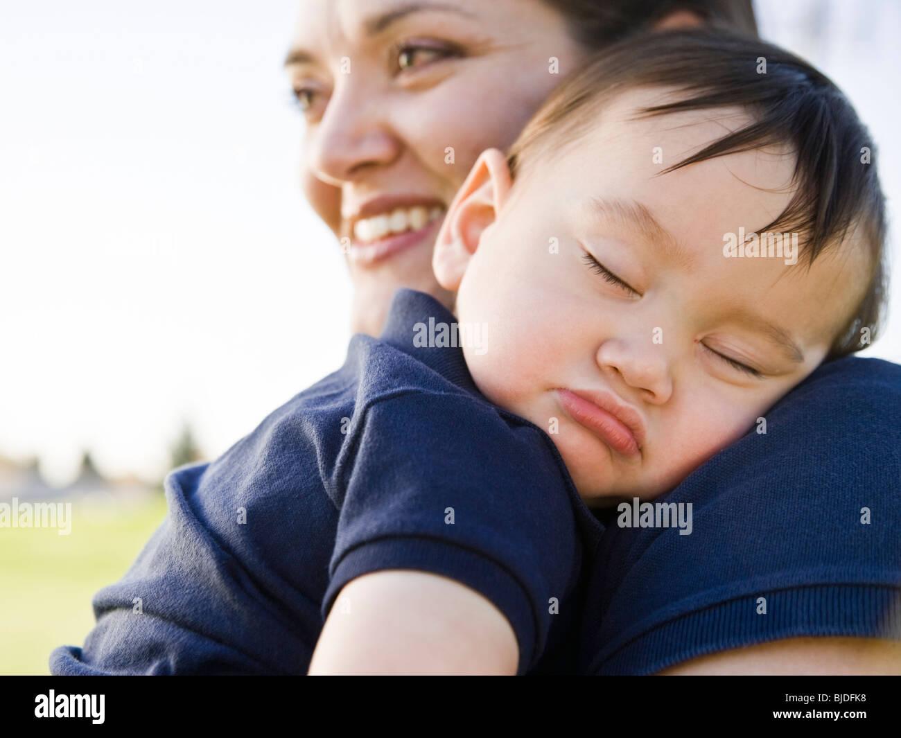 Babyjungen schlafen. Stockbild