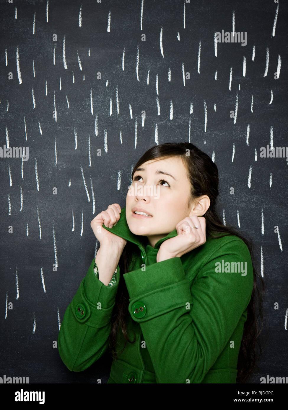Frau in einem Regensturm Tafel Stockbild