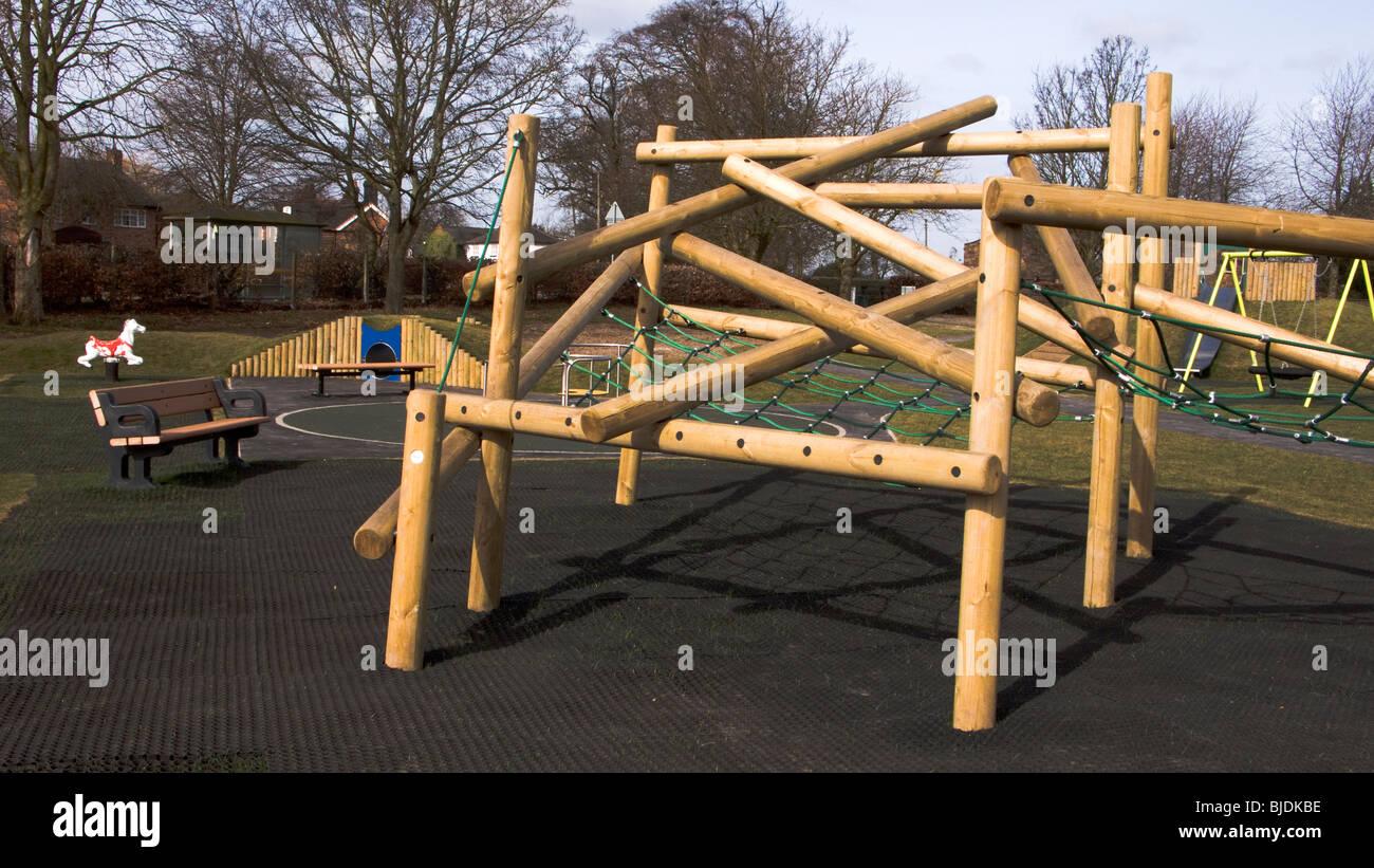 Klettergerüst English : Modernen klettergerüst in kinderspielplatz stockfoto bild