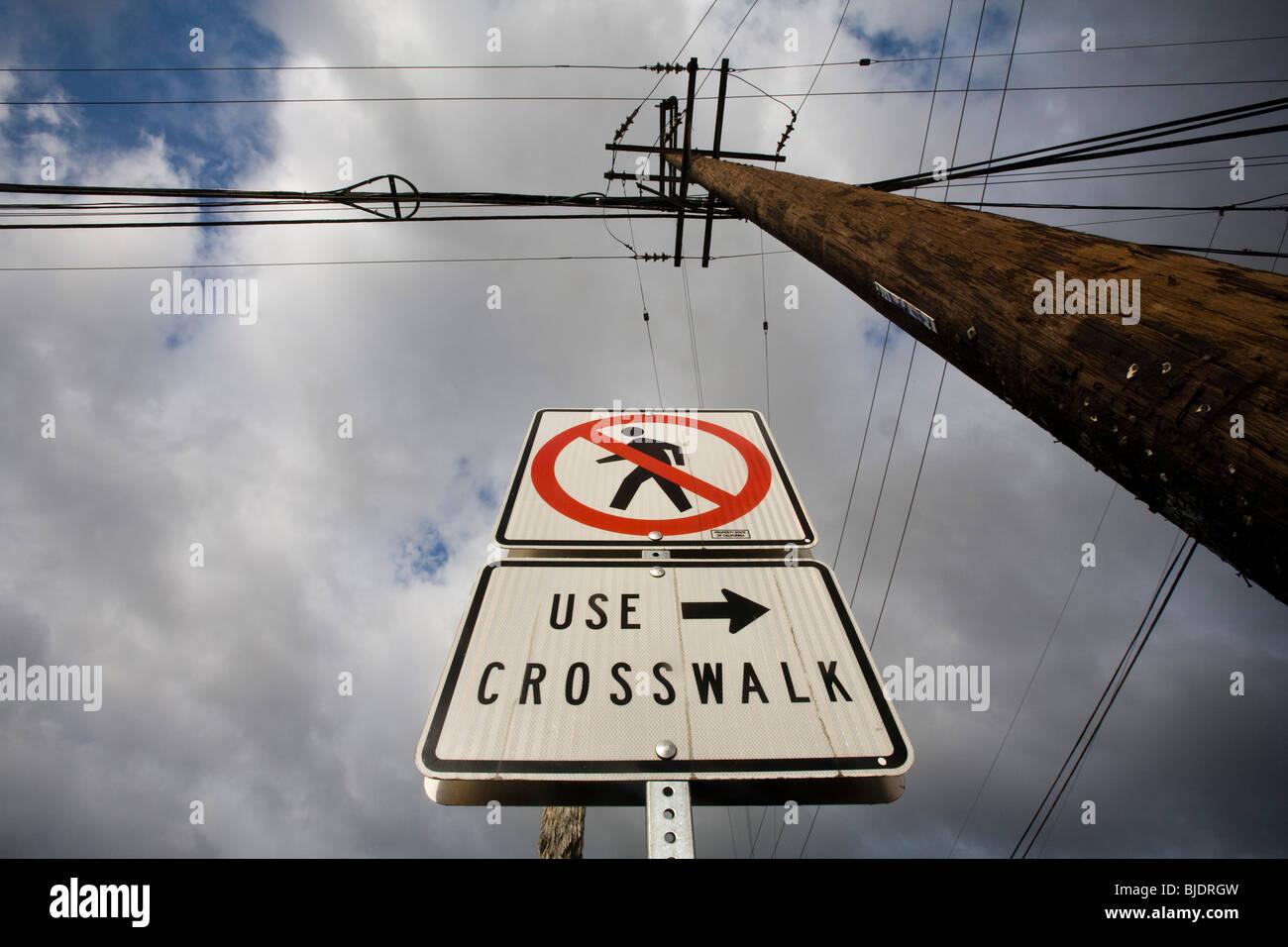 Verkehrszeichen und Stromleitungen in Culver City, Los Angeles County, California, Vereinigte Staaten von Amerika Stockbild