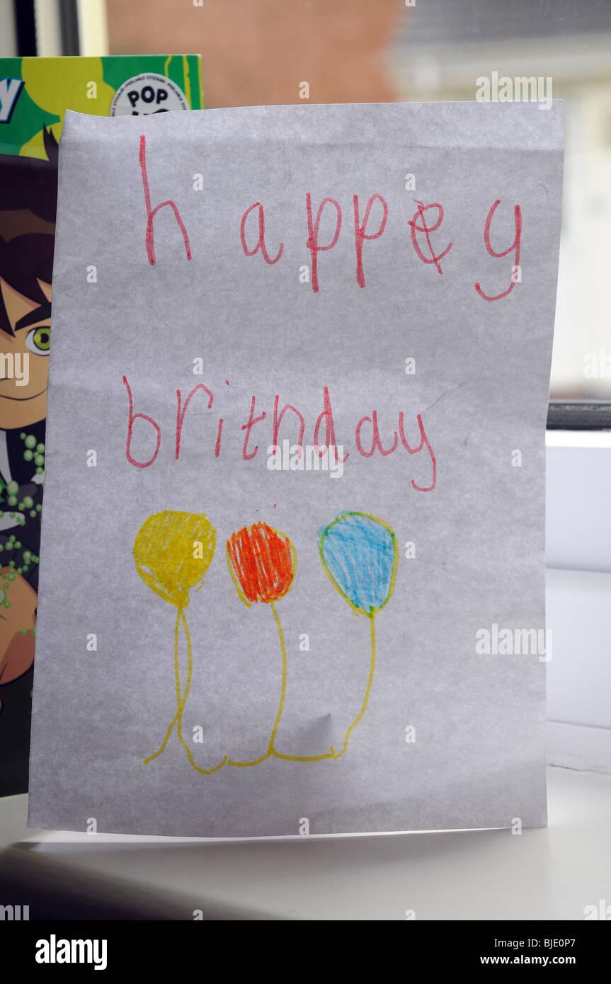 Happy Birthday Card geschrieben von einem Kind Stockbild