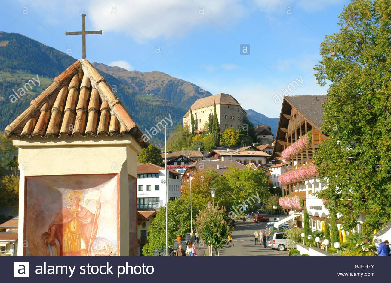 Burg und Bildstock, Schenna, Südtirol, Italien Stockbild