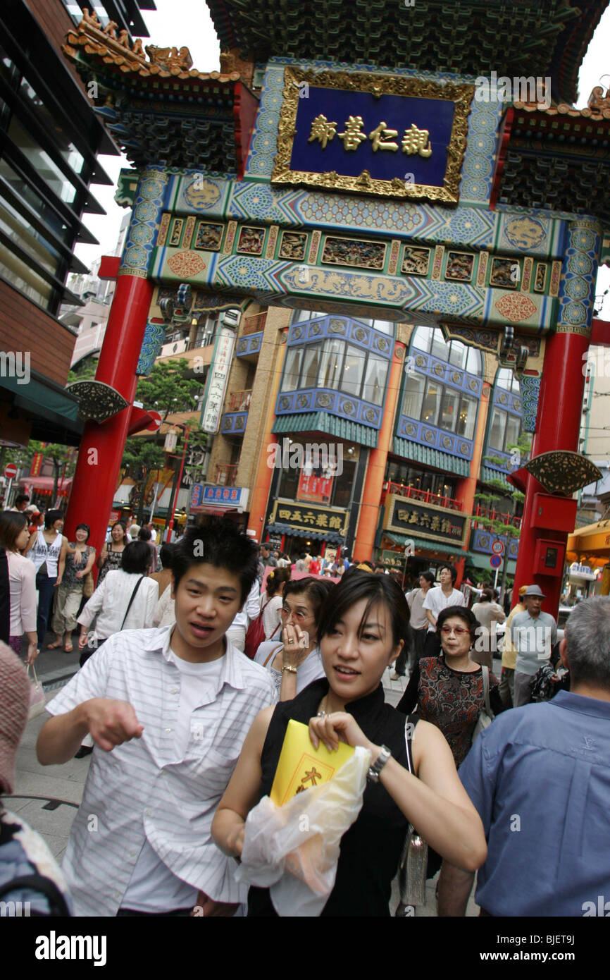CHINATOWN, YOKOHAMA, JAPAN. Straßenszene mit Geschäften und Shopper in Chinatown Bezirk von Yokohama. Stockbild