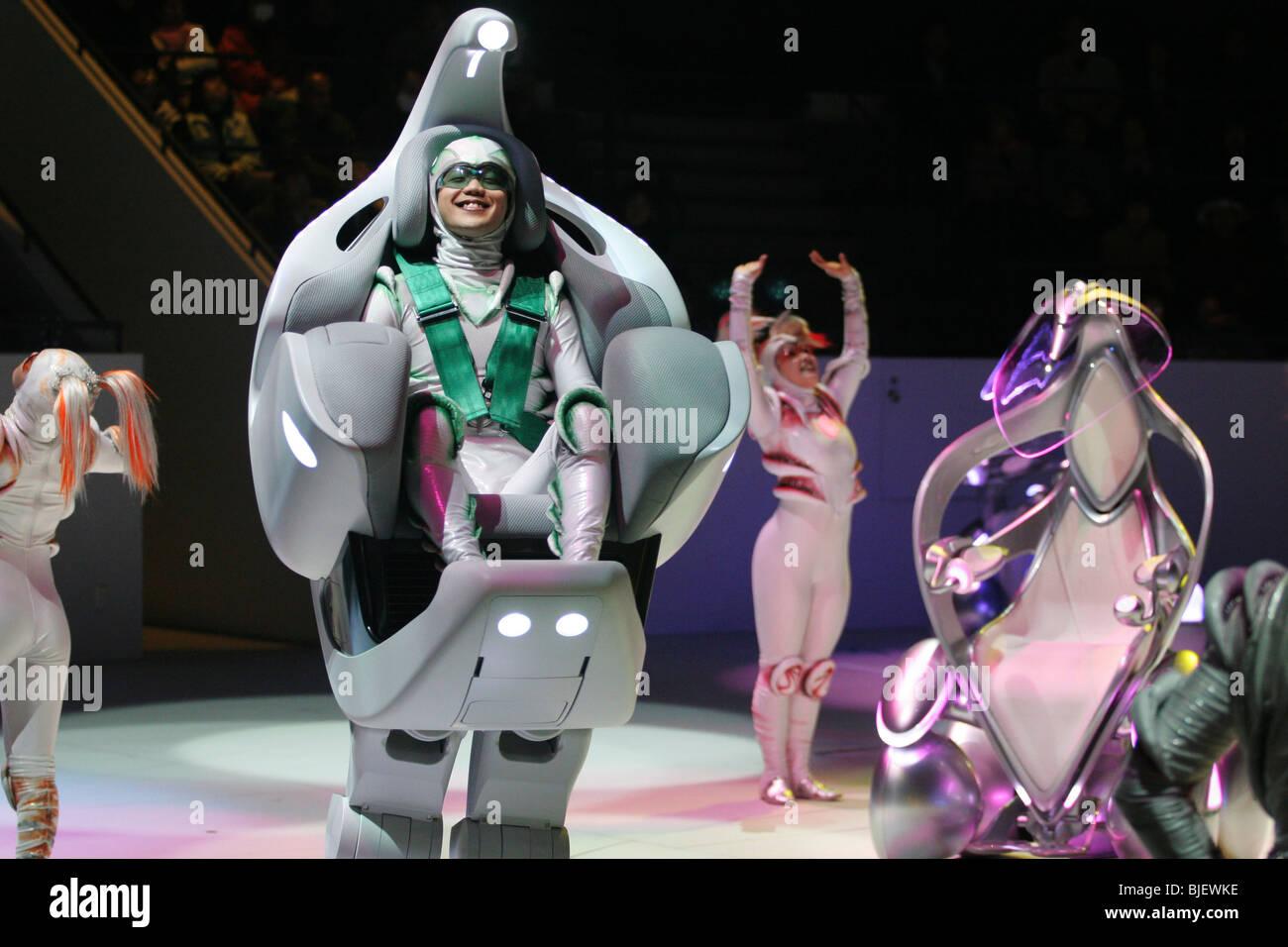 """Toyota """"i-Unit"""" Konzeptfahrzeuge und Tänzer führen in eine Show im Toyota-Pavillon auf der World Stockbild"""