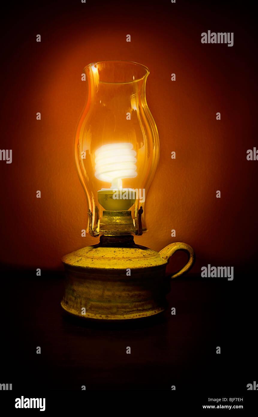 Energiesparlampe Nachhaltigkeit in Öllampe Stockbild