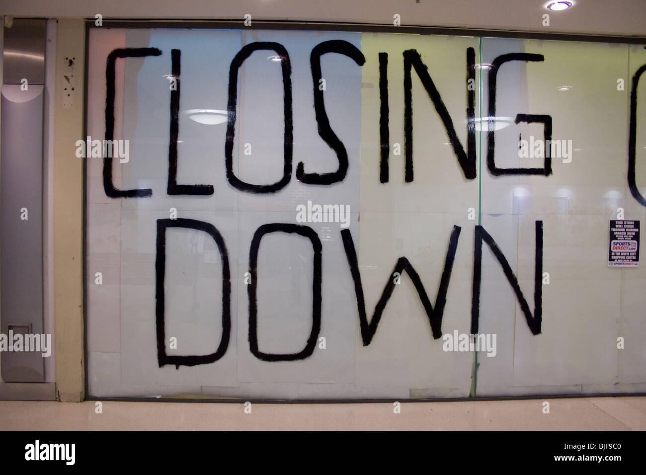 Schließen Sie in großen Buchstaben auf einem Schaufenster geschrieben Stockfoto