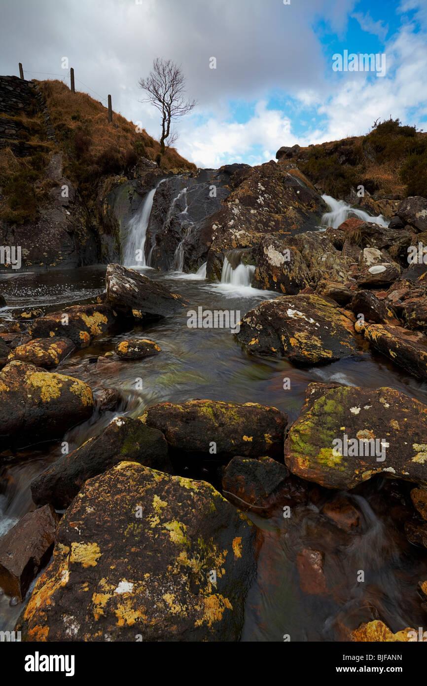 Gebirgsbach in Co.Kerry, Südirland mit Felsen und kleinen Wasserfall Stockbild