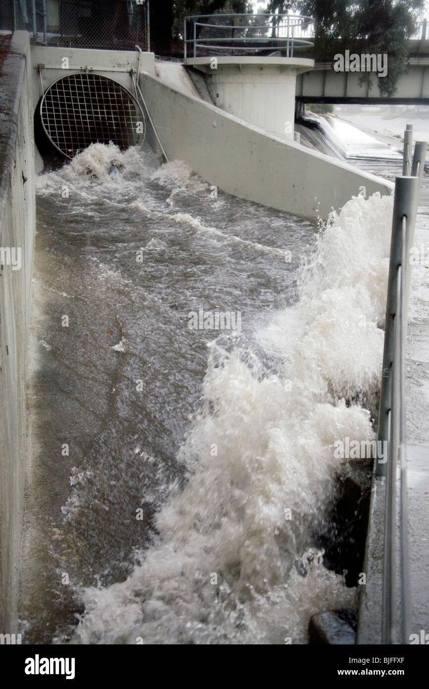 Storm Sewer Runoff Stockfotos Amp Storm Sewer Runoff Bilder