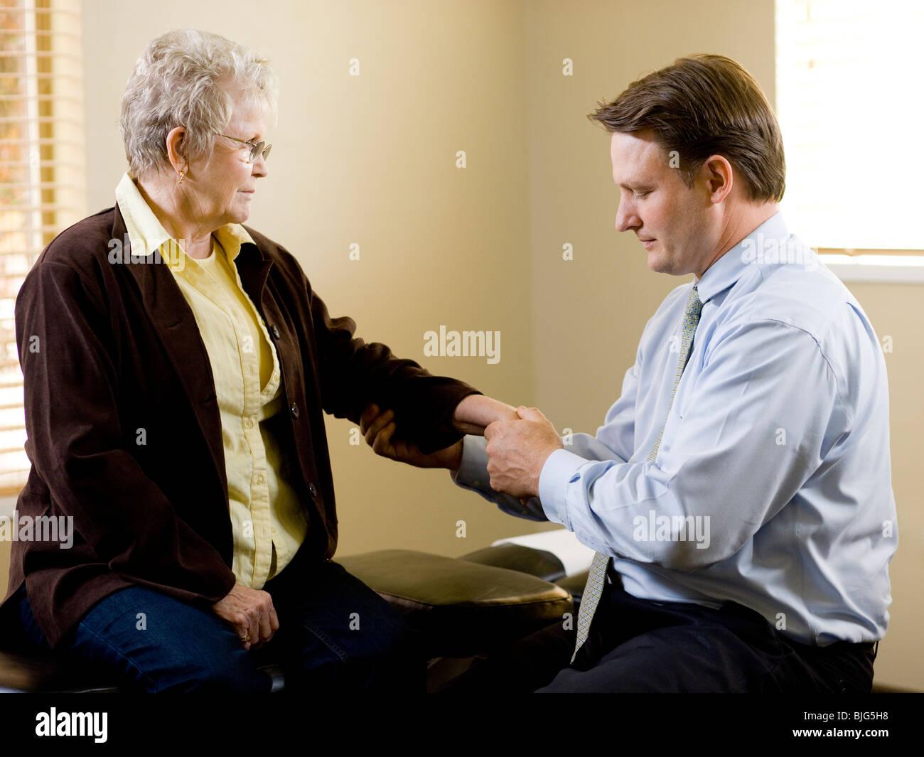 Chiropraktiker, die Behandlung eines Patienten Stockbild