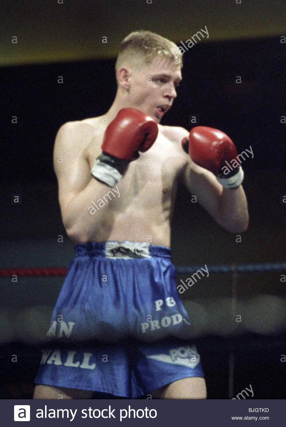31.01.92 LIGHTWEIGHT CONTEST ALAN MCDOWAL V CHARLES SHEPPARD HOSPITALITY INN - GLASGOW Alan McDowall in Aktion Stockbild