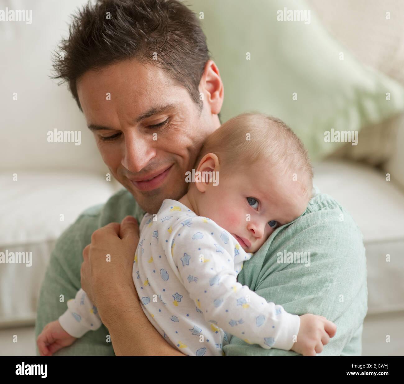 Vater umarmt baby Stockbild