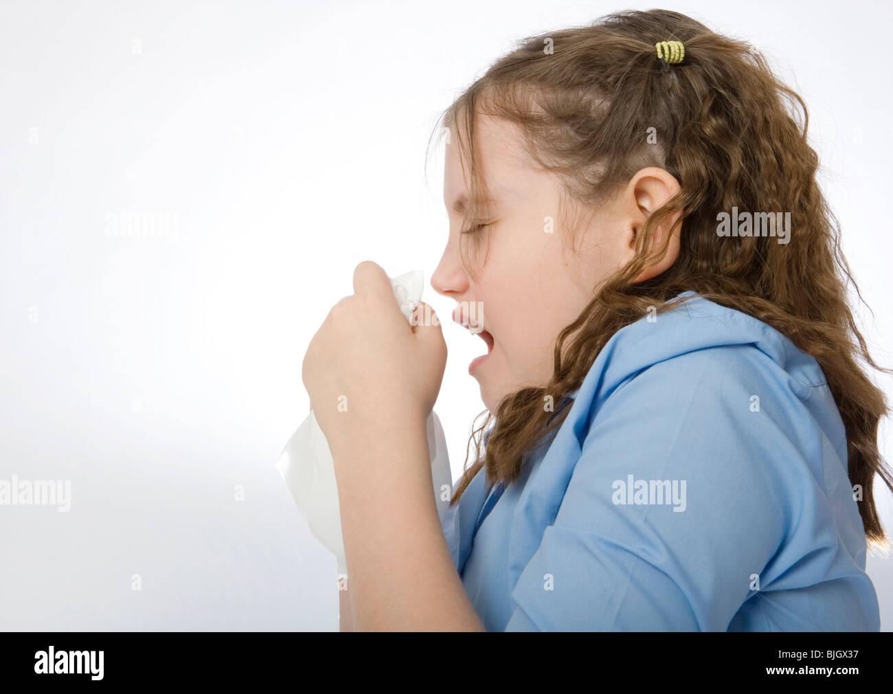Junge Schulmädchen zu niesen. Stockbild