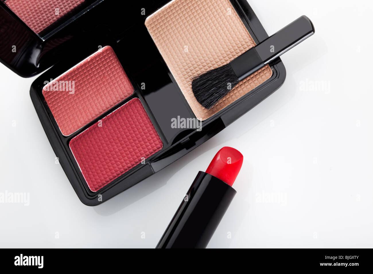 Nahaufnahme von Make up Koffer mit Pinsel und roten Lippenstift Stockbild
