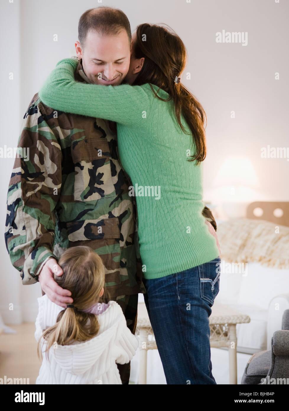 Familie umarmen Stockbild