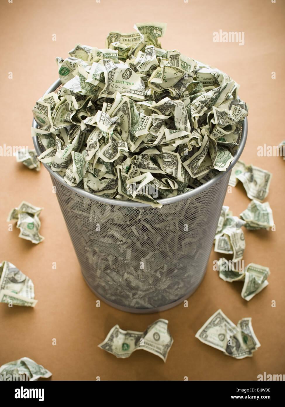 Papierkorb mit zerknitterten Geld Stockbild