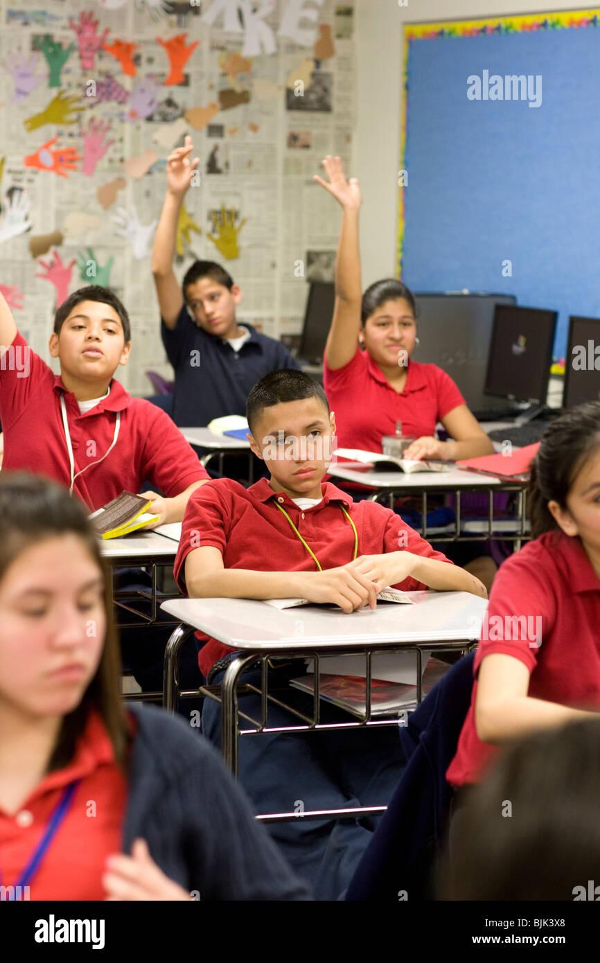 Schülerinnen Und Schüler Heben Die Hand Um Fragen Im Klassenzimmer