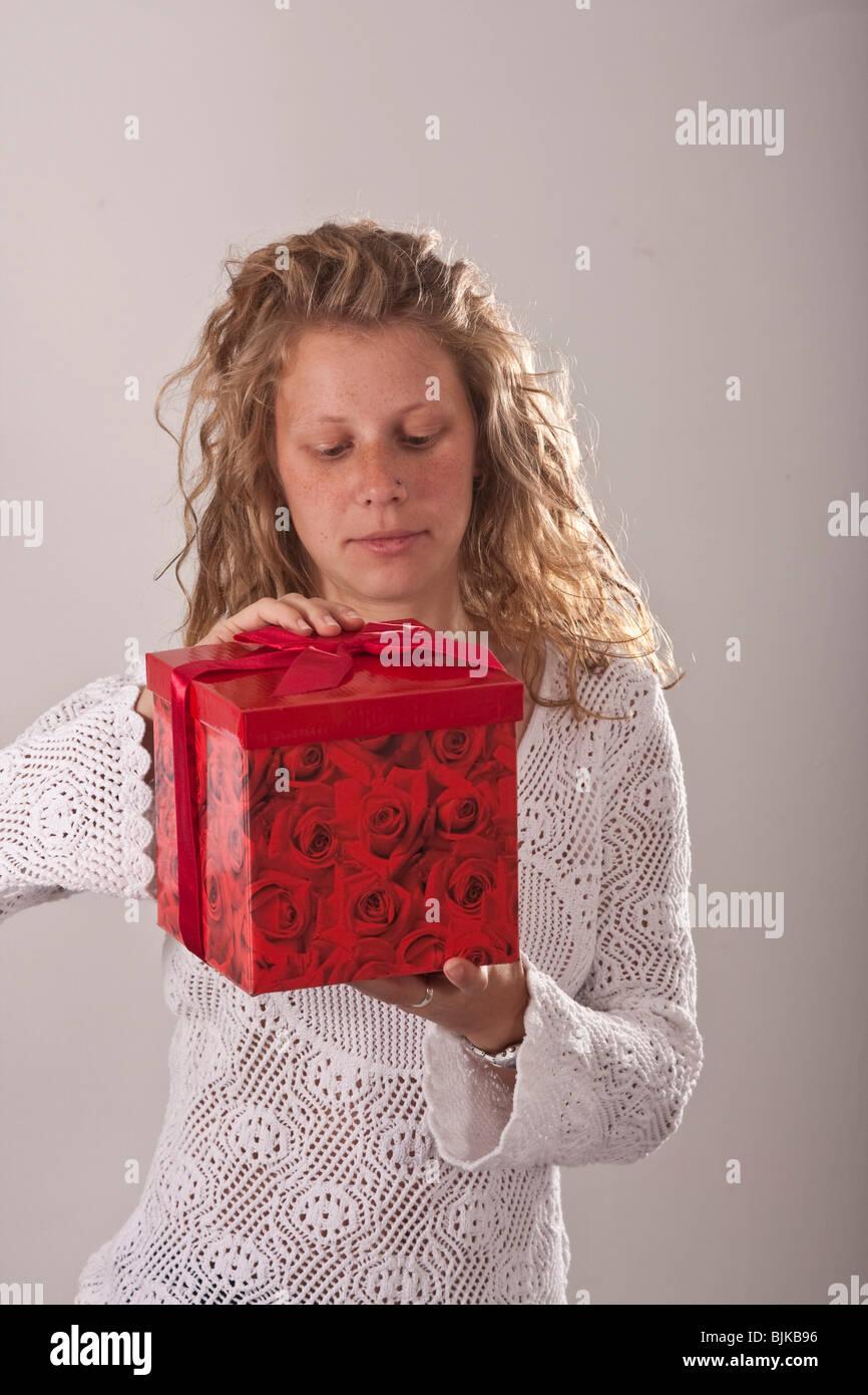 Frau mit Geschenk Stockbild