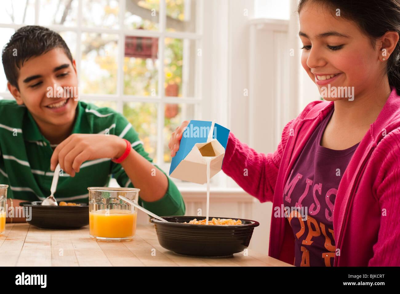 Jungen und Mädchen zu frühstücken Stockfoto