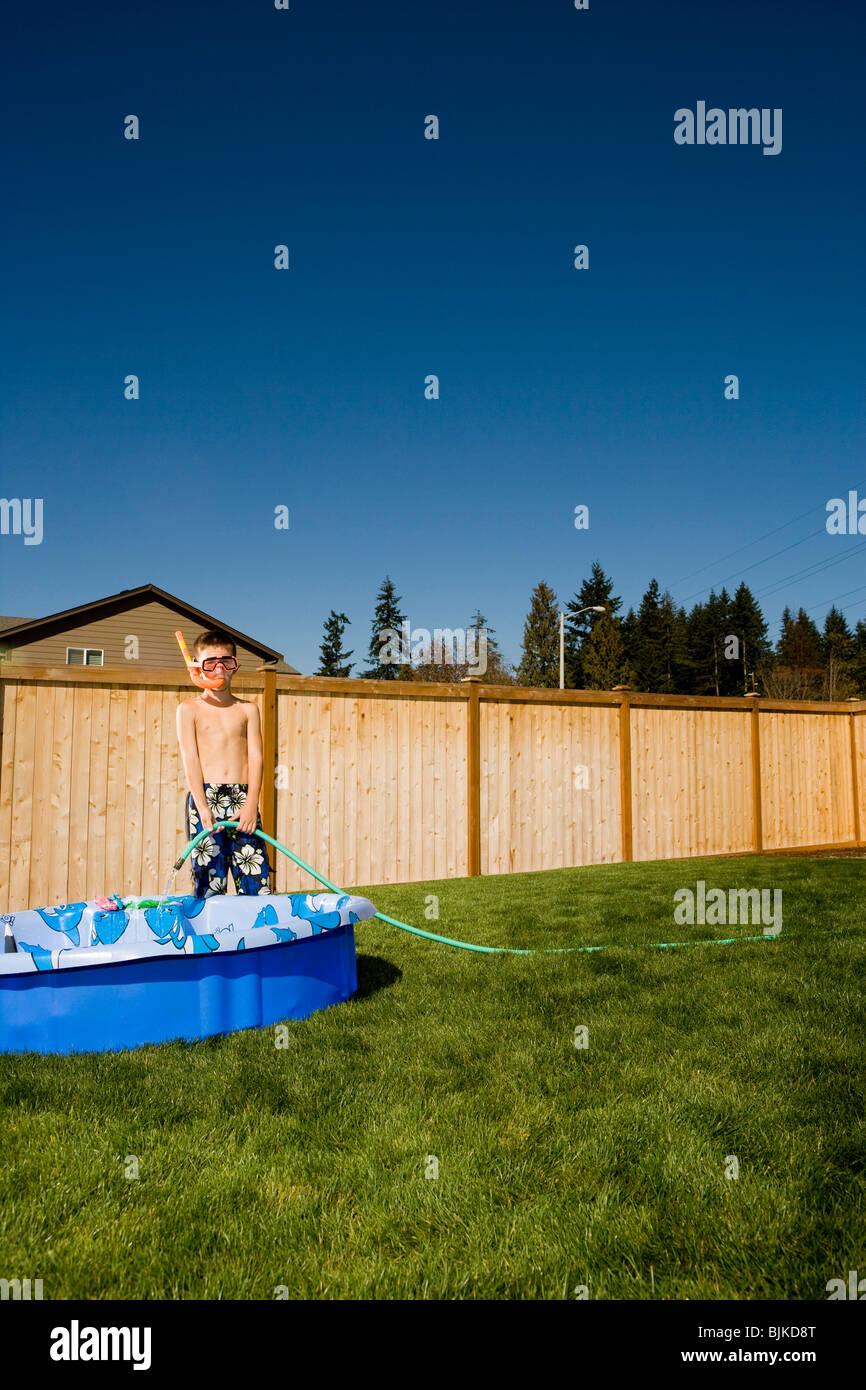 Junge in Badehose mit Flossen und Schnorchel in Hof Stockfoto