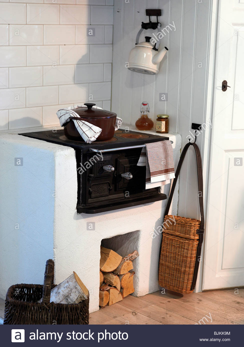 Holzofen in der Küche Stockfoto, Bild: 28706432 - Alamy