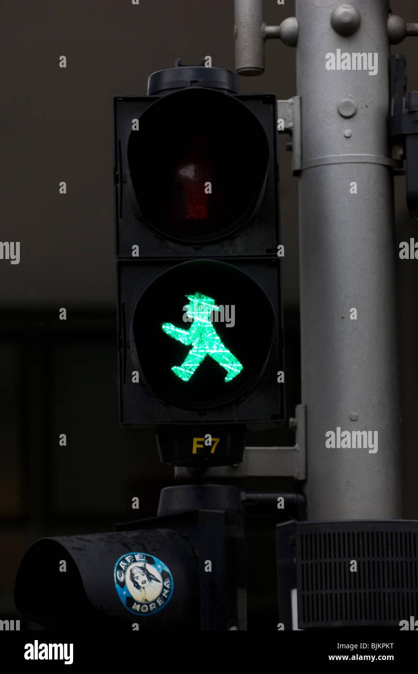 Grüner Mann Fußgängerüberweg Zeichen in Berlin-Mitte Deutschland Europa Stockfoto