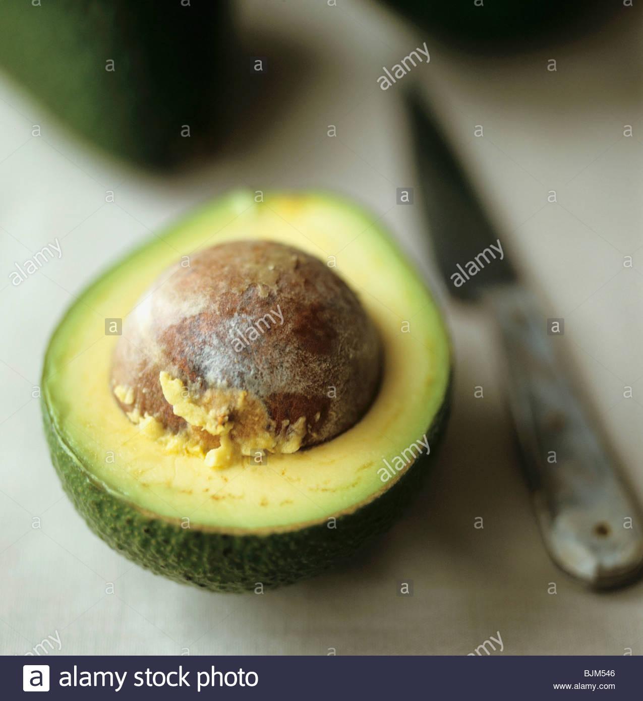 Eine halbe Avocado mit Stein Stockbild