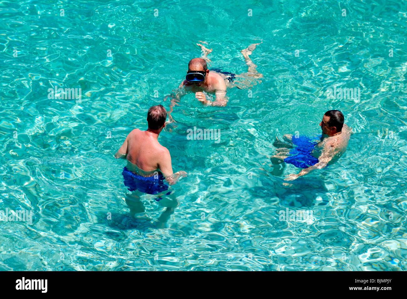 Bucht Strand Schwimmer klares Wasser Riserva Naturale Dello Zingaro Zingaro Naturschutzgebiet Scopello Scopello Stockbild