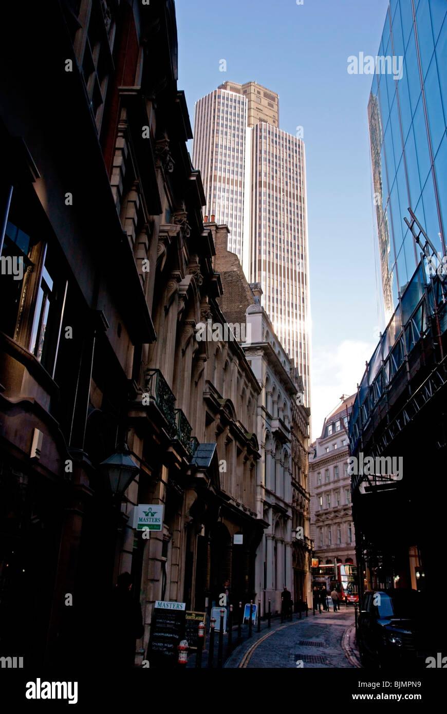 London City Seitenstraße mit Tower 42 im Hintergrund Stockbild