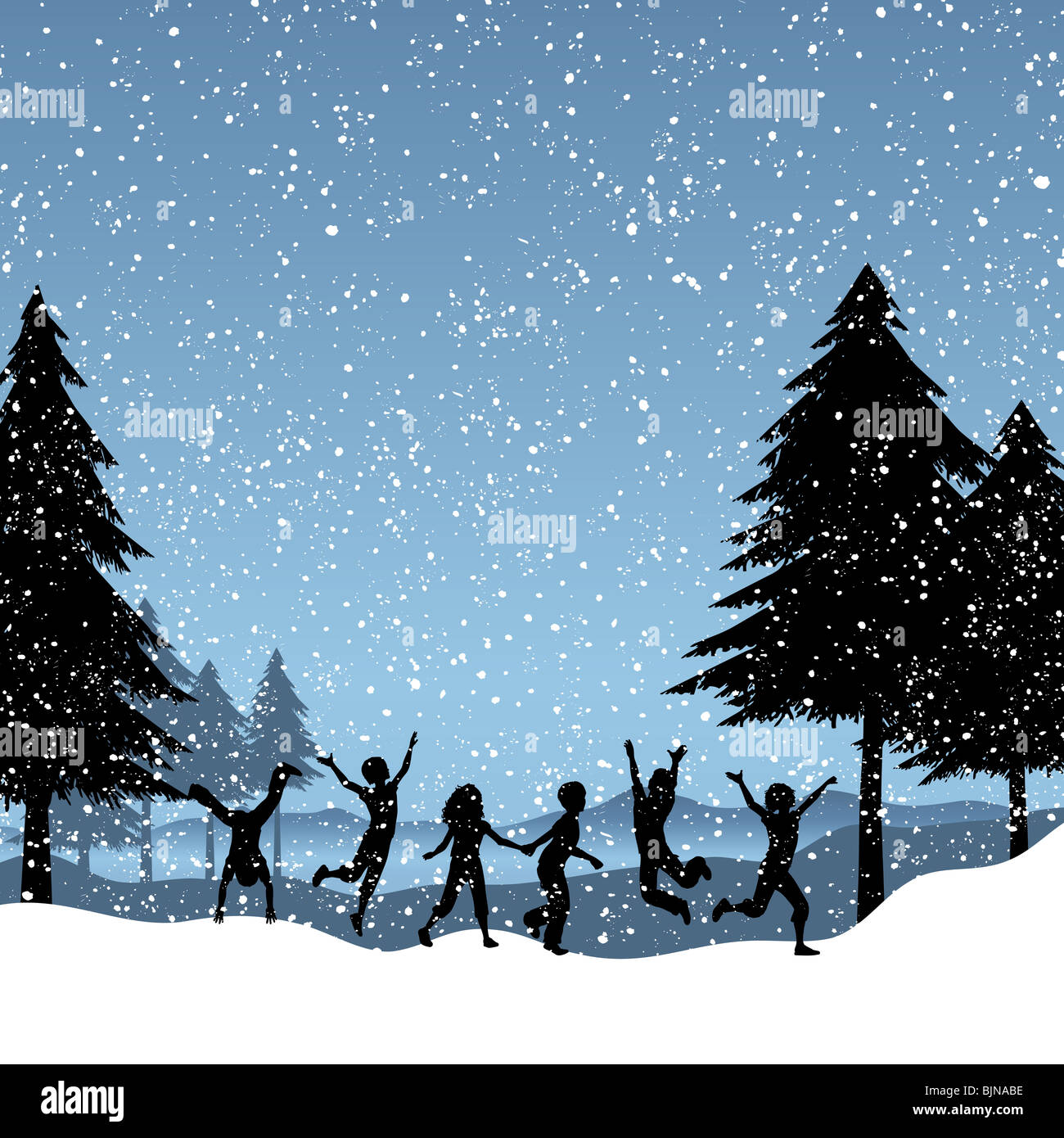 Silhouetten von Kindern beim Spielen im Schnee Stockbild